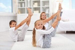 Des enfants pratiquent le yoga avec leur mère