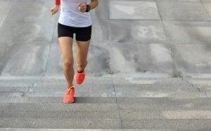 Une femme réalise un sprint dans les escaliers