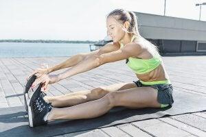 Femme qui s'étire avant ou après l'entraînement.