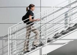 Une femme monte les escaliers