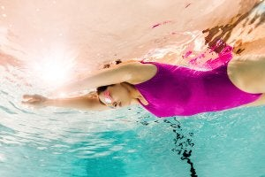 Femme qui fait de la natation