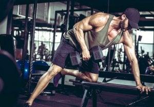 Homme qui fait un exercice sportif avec une haltère