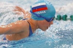 Nageuse russe en train de nager dans une piscine