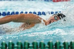 Homme qui fait de la natation.
