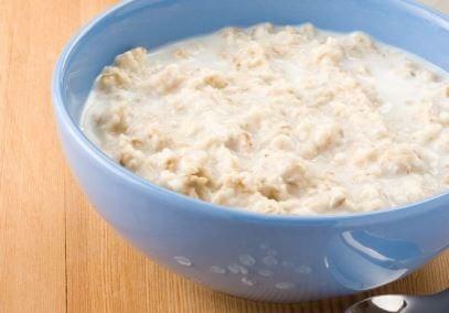 Un bol bleu avec du porridge