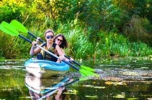 Deux femmes sur un cours d'eau qui font du canoë-kayak.