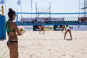 Match féminin de beach-volley.