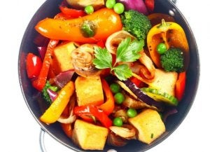 Un plat de légumes au tofu