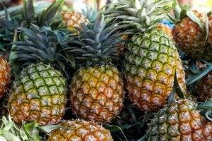 Un étalage d'ananas