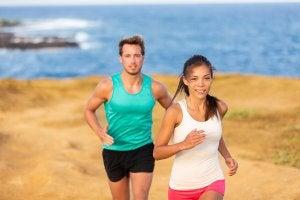 Un couple qui court à la plage.