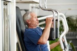 Homme d'âge avancé qui fait de l'exercice physique