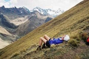 Un homme qui se repose dans la montagne.