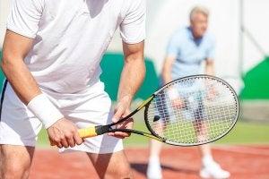 Match de tennis, l'un des sports de raquette les plus connus mondialement.