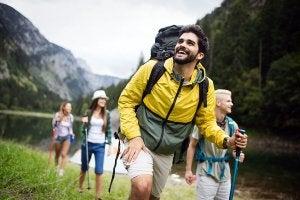 Un groupe qui fait de la randonné en montagne.