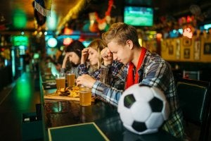 Supporters de football dans un bar.