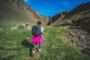 Femme qui marche dans la nature.
