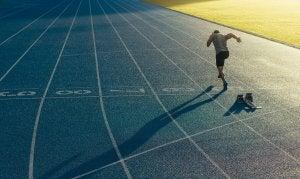 Un athlète qui s'entraîne à courir.