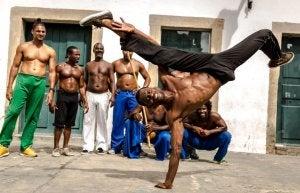 Groupe d'homme qui font de la capoeira.