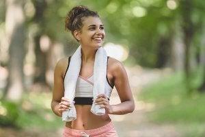 Une femme heureuse qui fait du sport.
