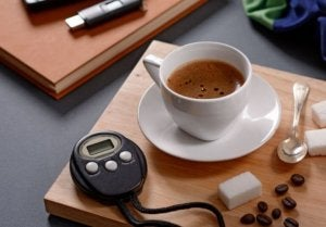 tasse de café et chronomètre