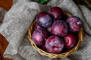 Panier de prunes reines-claude.