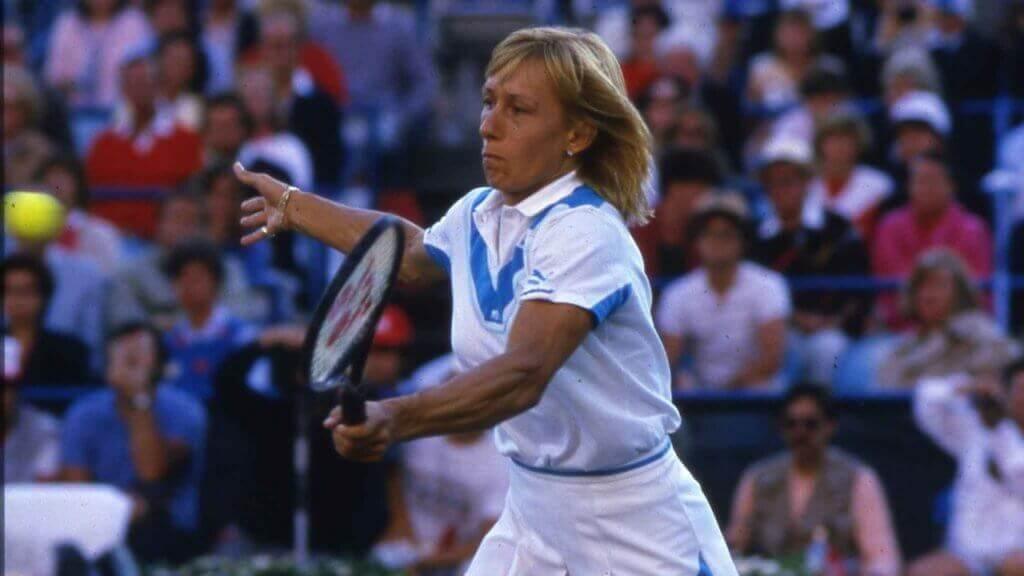 Parmi les sportifs européens : Martina Navratilova lors d'un match de tennis.