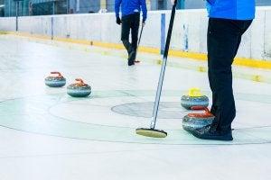 Partie de curling sur glace.
