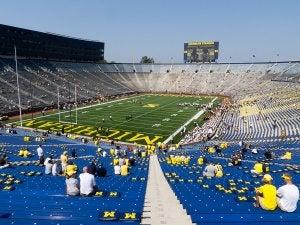 L'un des plus grands stades : le Michigan Stadium lors d'un match de football américain.