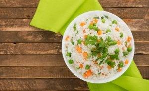 Riz basmati avec des légumes.