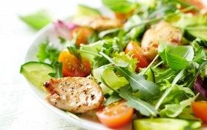 Salade de poulet avec des tomates.