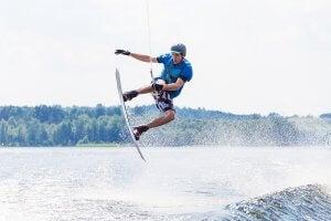 Un homme qui fait du ski nautique.