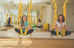 Deux femmes qui font de l'aéroyoga
