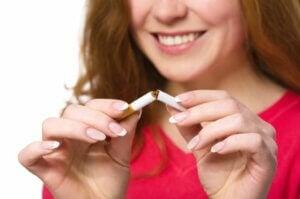 Une femme qui décide d'arrêter de fumer.