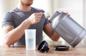 Un homme qui prépare une boisson protéinée.