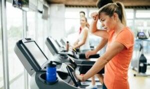Exercices de cardio en salle de sport.