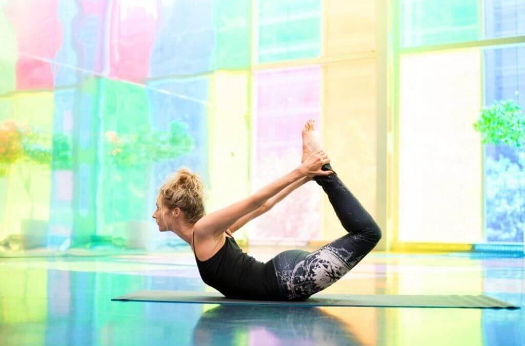 Une femme pratique du yoga sans douleurs