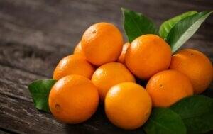 Oranges sur une table.