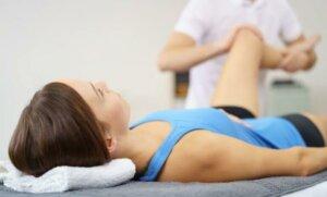 Une femme se faisant masser