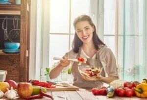 une femme qui déjeune avec beaucoup de fruits.