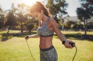 Une femme qui fait du saut à la corde pour s'échauffer.