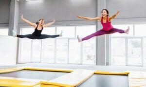 femmes sautant sur un trampoline