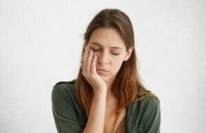 Une femme avec une sensation de fatigue.
