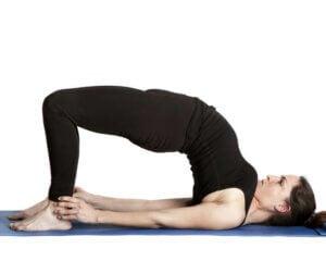 femme faisant le pont pour soulager le mal de dos