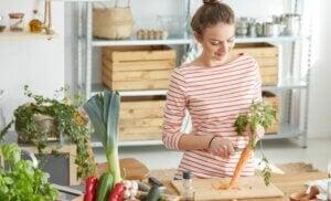 Une femme qui cuisine avec des carottes.