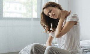 Une femme a des tensions dans le cou