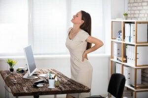 Une femme qui souffre de douleurs corporelles