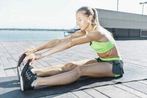 Une femme pratiquant des exercices d'étirements