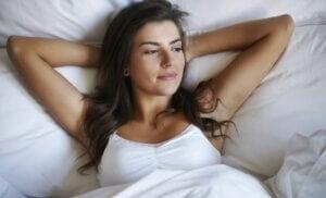 Une femme détendue dans son lit.