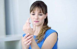 Une femme avec des douleurs dans le poignet.