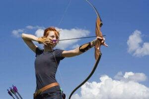 Femme qui fait du tir à l'arc